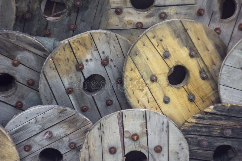Σωρός των παλαιών χτυπημένων γκρίζων κίτρινων στρογγυλών ξύλινων ασπίδων με τα σκουριασμένα μπουλόνια r στοκ φωτογραφία με δικαίωμα ελεύθερης χρήσης