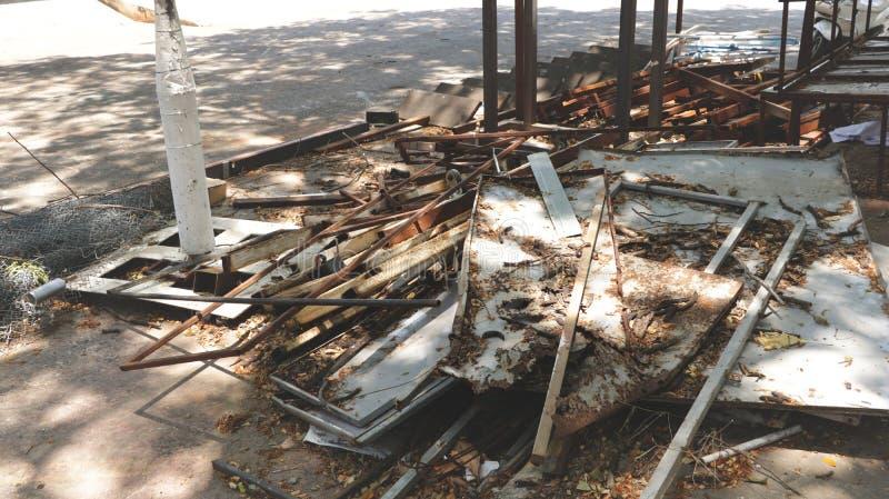 Σωρός των παλιοπραγμάτων ξύλου και μετάλλων με τα ξηρά φύλλα στοκ φωτογραφίες με δικαίωμα ελεύθερης χρήσης