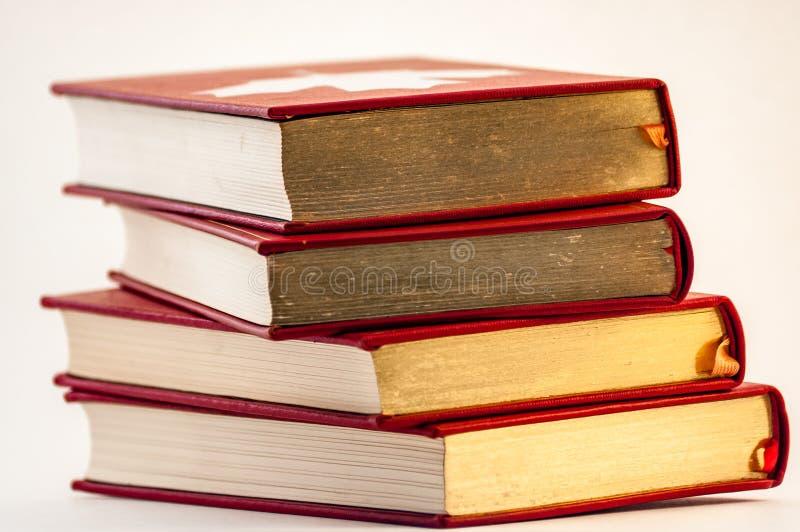 Σωρός των παλαιών χρυσών και κόκκινων βιβλίων στοκ εικόνες με δικαίωμα ελεύθερης χρήσης