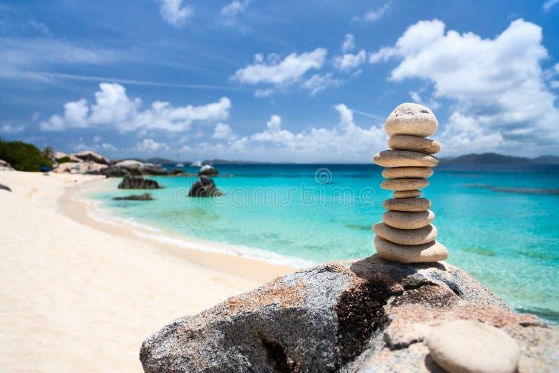 Σωρός των πετρών ισορροπιών στην παραλία στοκ εικόνες