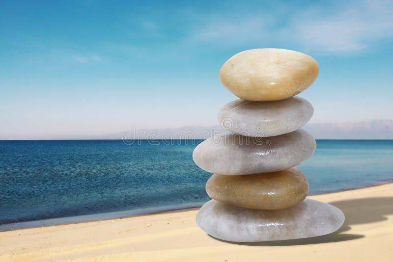Σωρός των πετρών στην παραλία Έννοια ισορροπίας και αρμονίας στοκ φωτογραφίες με δικαίωμα ελεύθερης χρήσης