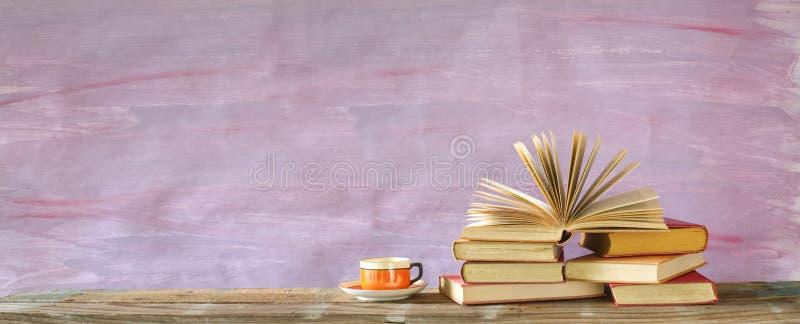 Σωρός των πολύχρωμων βιβλίων βιβλίων με σκληρό εξώφυλλο και ενός ανοιγμένου βιβλίου, ανάγνωση, εκπαίδευση, λογοτεχνία στοκ εικόνες με δικαίωμα ελεύθερης χρήσης