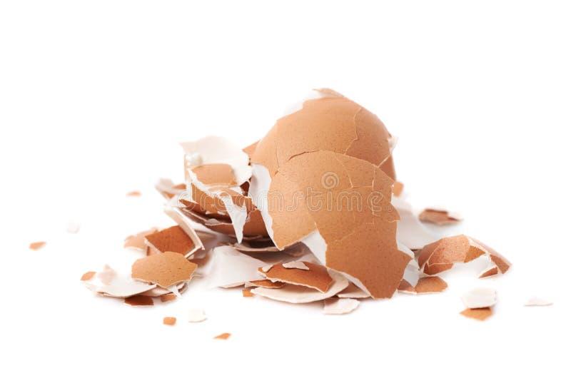 Σωρός των ραγισμένων κοχυλιών αυγών που απομονώνονται στοκ εικόνες