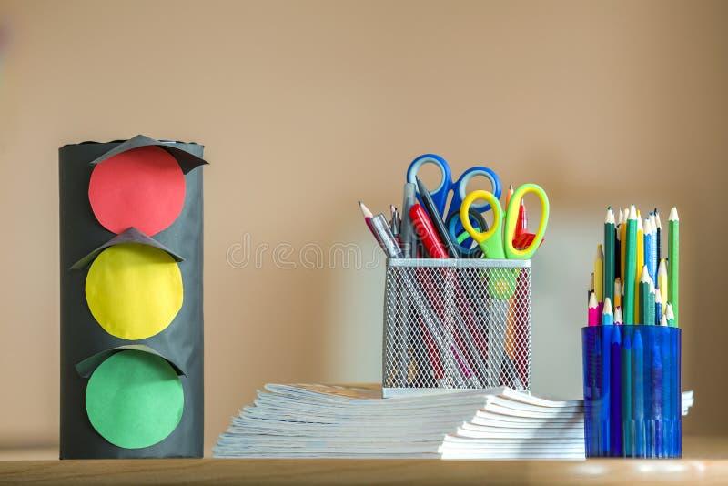Σωρός των σημειωματάριων, των ζωηρόχρωμων μολυβιών σχεδίων, των φωτεινών σηματοδοτών παιχνιδιών εγγράφου και της ρύθμισης χαρτικώ στοκ εικόνες