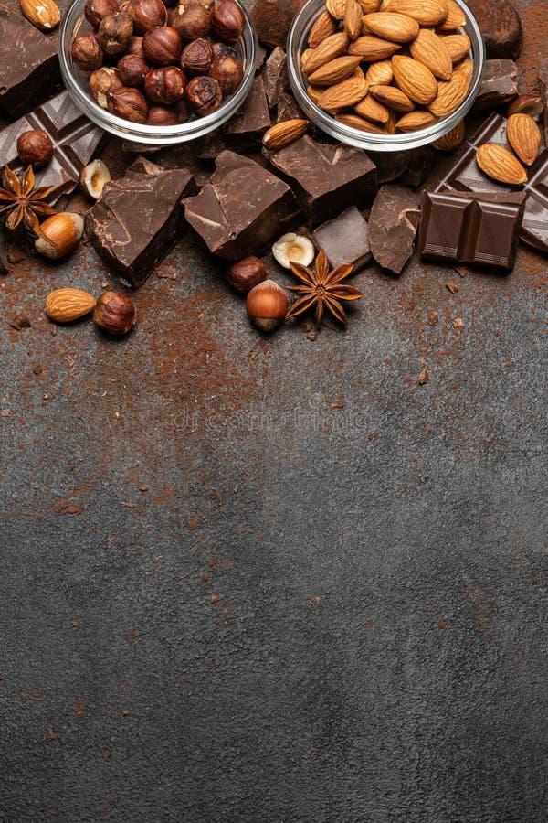 Σωρός των σπασμένων κομματιών και των καρυδιών σοκολάτας στο σκοτεινό στοκ φωτογραφία με δικαίωμα ελεύθερης χρήσης