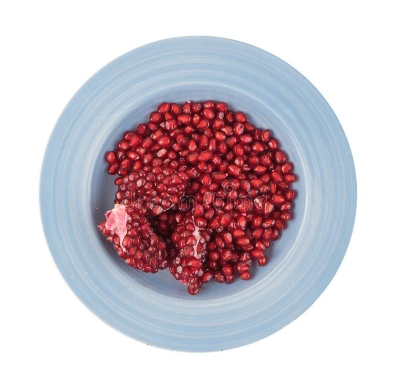 Σωρός των σπόρων ροδιών στο πιάτο που απομονώνεται στο άσπρο υπόβαθρο στοκ εικόνες με δικαίωμα ελεύθερης χρήσης