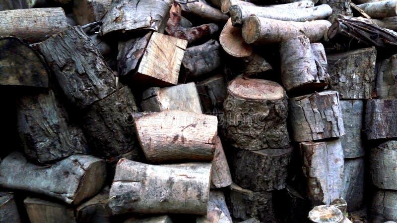 Σωρός των τεμαχισμένων ξύλινων κούτσουρων για το χειμώνα, για τη θέρμανση σομπών στοκ εικόνες