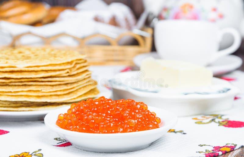 Σωρός των τηγανιτών και του κόκκινου χαβιαριού στοκ εικόνες