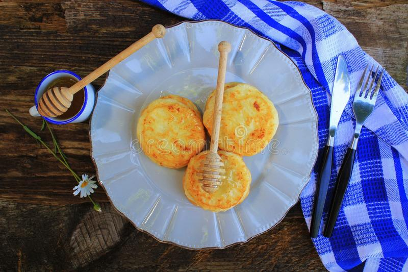 Σωρός των τηγανιτών με το σιρόπι μελιού στο ξύλινο σκοτεινό υπόβαθρο r στοκ εικόνες με δικαίωμα ελεύθερης χρήσης