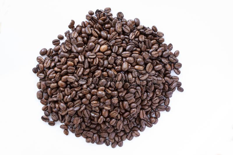 Σωρός των φασολιών καφέ στο άσπρο υπόβαθρο r r στοκ εικόνα με δικαίωμα ελεύθερης χρήσης