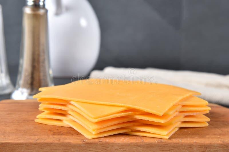 Σωρός των φετών τυριών τυριού Cheddar στοκ φωτογραφίες