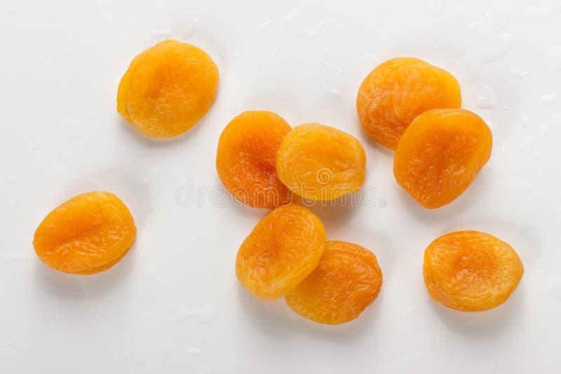 Σωρός των φρέσκων ξηρών βερίκοκων στο άσπρο υπόβαθρο, πλυμένα φρούτα σ στοκ φωτογραφία με δικαίωμα ελεύθερης χρήσης