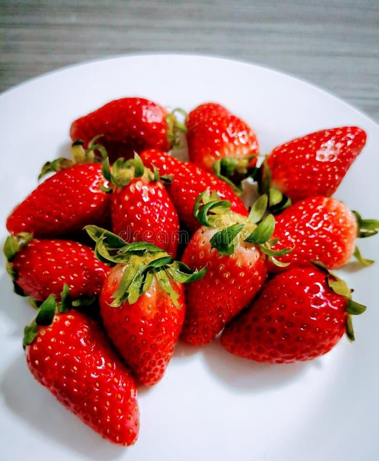 Σωρός των φρέσκων φραουλών στο κεραμικό άσπρο πιάτο στοκ φωτογραφία
