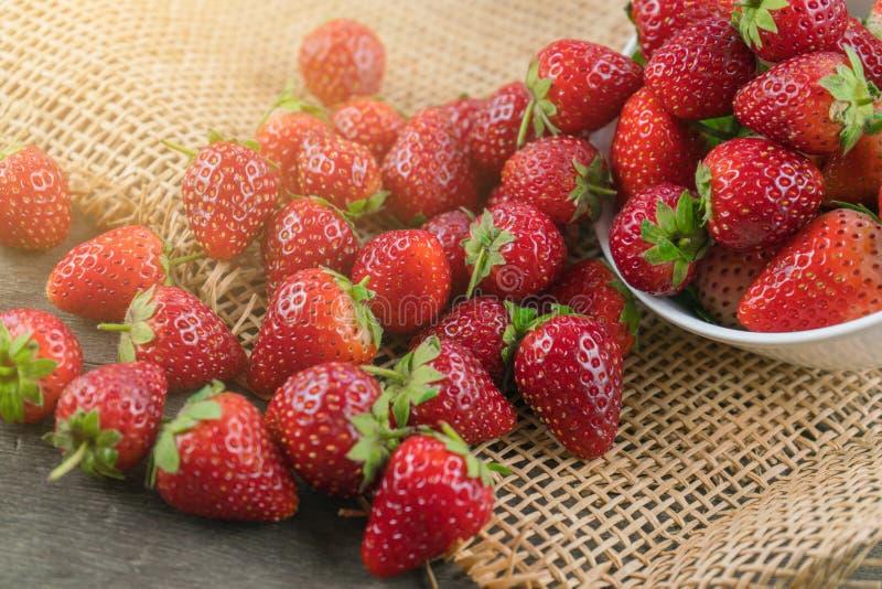 Σωρός των φραουλών στο ύφασμα σάκων στοκ εικόνα με δικαίωμα ελεύθερης χρήσης