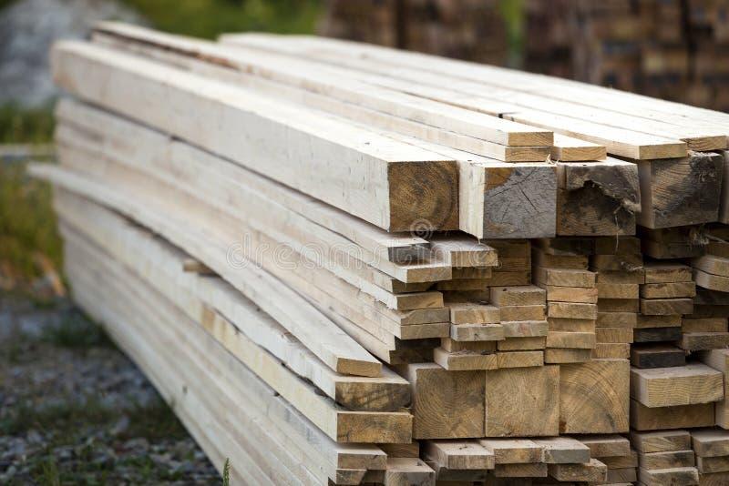 Σωρός των φυσικών καφετιών ανώμαλων τραχιών ξύλινων πινάκων στην οικοδόμηση του Si στοκ φωτογραφία με δικαίωμα ελεύθερης χρήσης