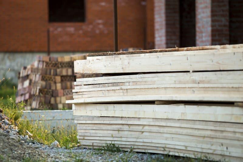 Σωρός των φυσικών καφετιών ανώμαλων τραχιών ξύλινων πινάκων στην οικοδόμηση του Si στοκ φωτογραφία