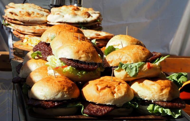 Σωρός των χάμπουργκερ σε έναν δίσκο, έτοιμος να εξυπηρετηθεί στο εστιατόριο γρήγορου φαγητού στοκ φωτογραφίες με δικαίωμα ελεύθερης χρήσης