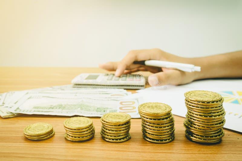 Σωρός των χρυσών νομισμάτων και του τραπεζογραμματίου δολαρίων στοκ εικόνες