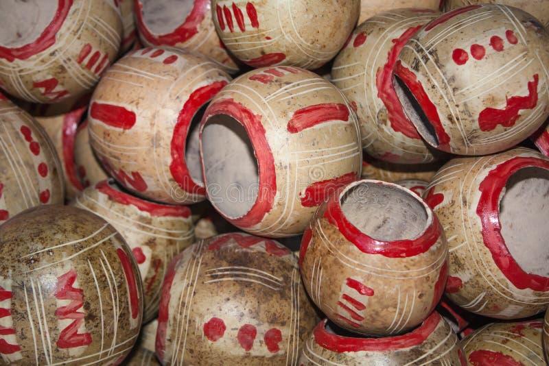 Σωρός φλυτζανιών Calabashes για την πώληση στην αγορά Chichicastenango στοκ εικόνα