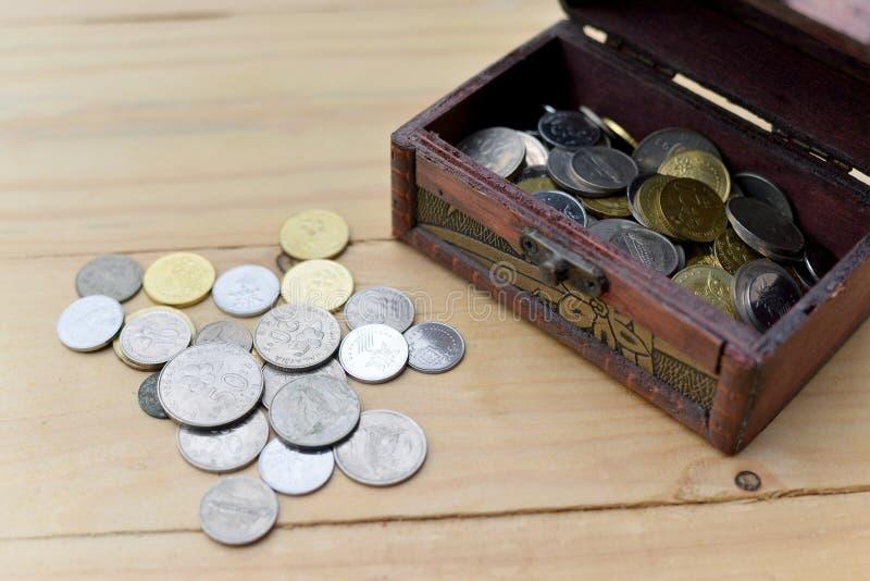 σωρός χρημάτων χεριών έννοιας νομισμάτων που προστατεύει την αποταμίευση στοκ εικόνες
