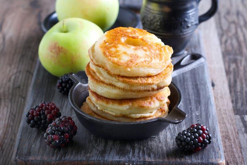 Σωρός fritters μήλων σε ένα τηγάνι στοκ εικόνα με δικαίωμα ελεύθερης χρήσης