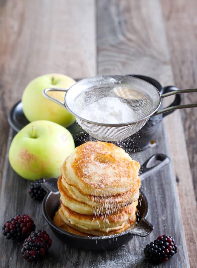 Σωρός fritters μήλων στοκ εικόνα