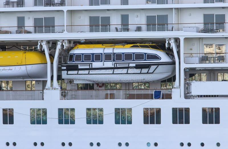 Σωσίβιος λέμβος στο μεγάλο, σύγχρονο κρουαζιερόπλοιο closeup στοκ εικόνες με δικαίωμα ελεύθερης χρήσης