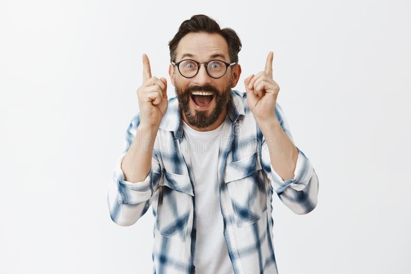 Σωστός, σας είναι σωστή, άριστη άποψη Πορτρέτο της γοητείας του συγκινητικού και συγκλονισμένου αρσενικού δασκάλου στα γυαλιά στοκ φωτογραφία με δικαίωμα ελεύθερης χρήσης