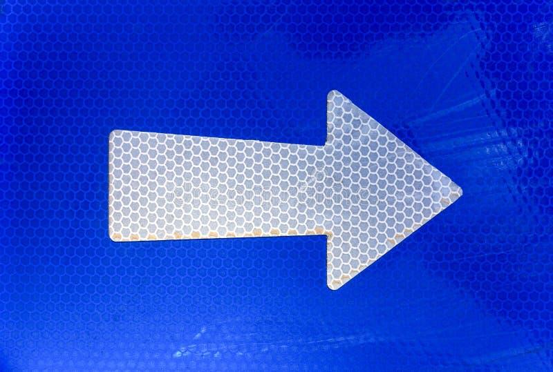 Σωστό βέλος στο οδικό σημάδι στοκ εικόνα με δικαίωμα ελεύθερης χρήσης