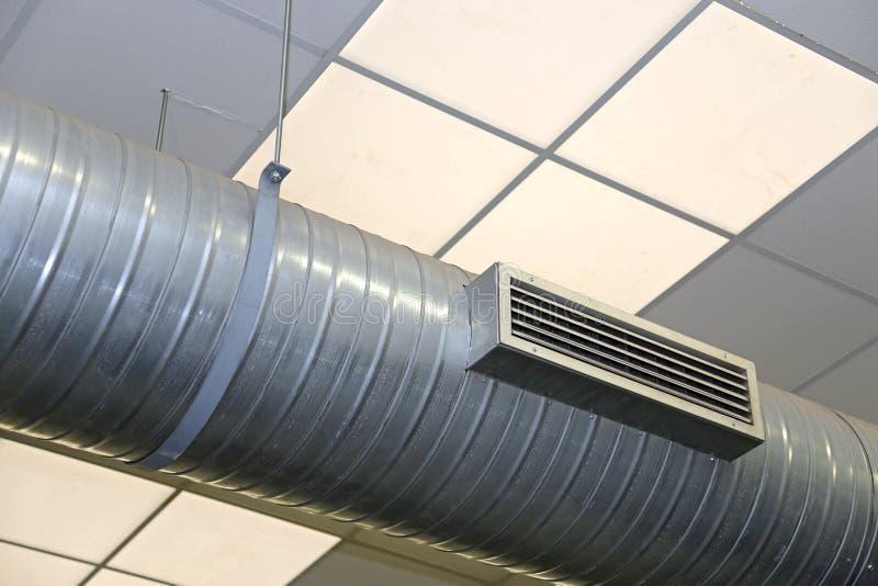 Σωλήνας ΧΑΛΥΒΑ του κλιματισμού και της θέρμανσης σε ένα βιομηχανικό λιθόστρωτο στοκ εικόνα