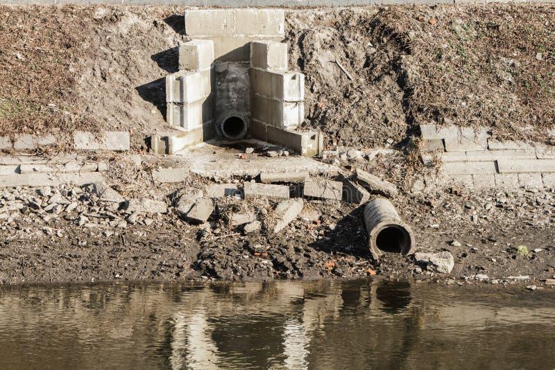 Σωλήνες για τα λύματα, ρύπανση ποταμών στοκ εικόνες με δικαίωμα ελεύθερης χρήσης