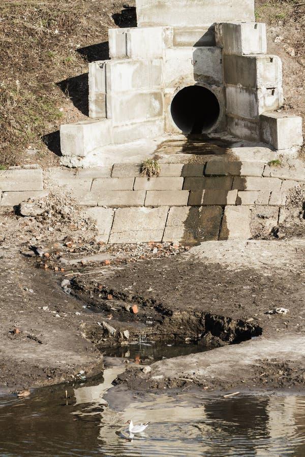 Σωλήνες για τα λύματα, ρύπανση ποταμών στοκ φωτογραφία με δικαίωμα ελεύθερης χρήσης