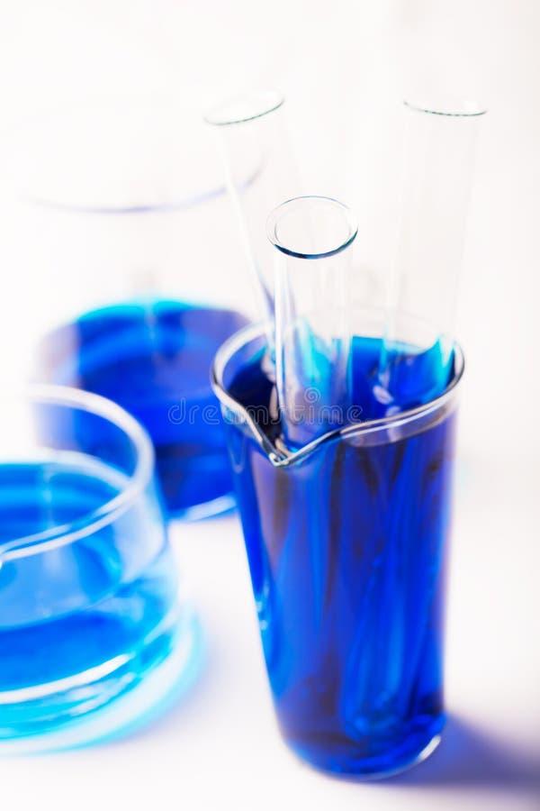 Σωλήνες δοκιμής με το χημικό αντιδραστήριο (ή το νερό) στοκ εικόνα με δικαίωμα ελεύθερης χρήσης