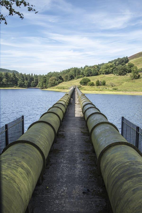 Σωλήνες παροχής νερού στη δεξαμενή Ladybower στο Derbyshire στοκ εικόνα