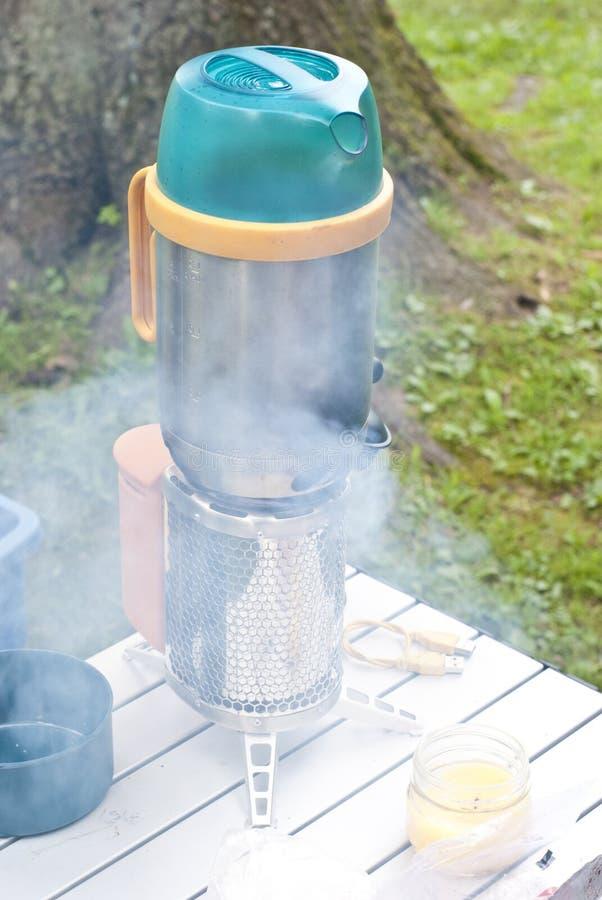 Σόμπα στρατόπεδων με τον καπνό στοκ εικόνες με δικαίωμα ελεύθερης χρήσης