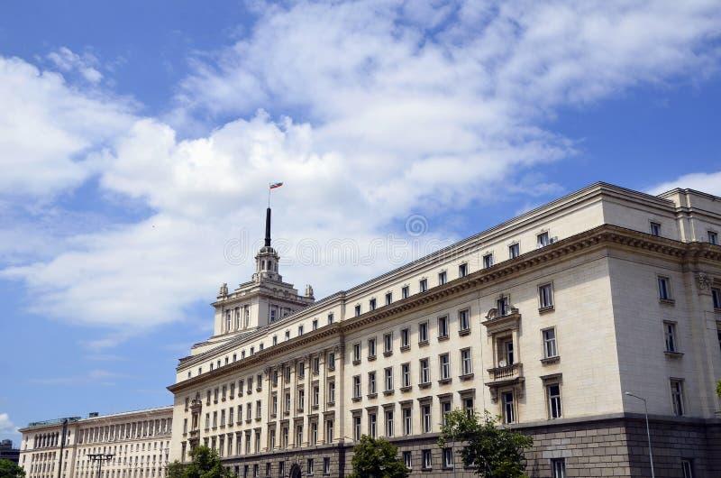 Σόφια, Βουλγαρία - βραδύτατο κτήριο Έδρα του με ενα νομοθετικό σώμα βουλγαρικού Κοινοβουλίου (εθνική συμβολική γλώσσα της Βουλγαρ στοκ φωτογραφία με δικαίωμα ελεύθερης χρήσης