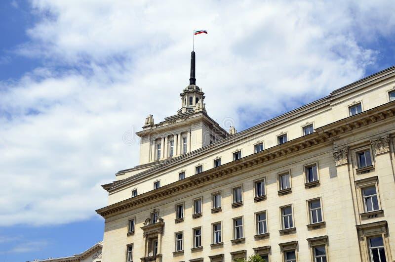 Σόφια, Βουλγαρία - βραδύτατο κτήριο Έδρα του με ενα νομοθετικό σώμα βουλγαρικού Κοινοβουλίου (εθνική συμβολική γλώσσα της Βουλγαρ στοκ φωτογραφίες