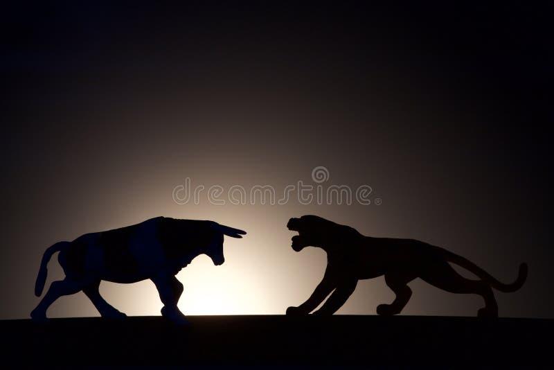 Σύγκρουση έννοιας Bull εναντίον της σκιαγραφίας τιγρών στοκ εικόνα με δικαίωμα ελεύθερης χρήσης