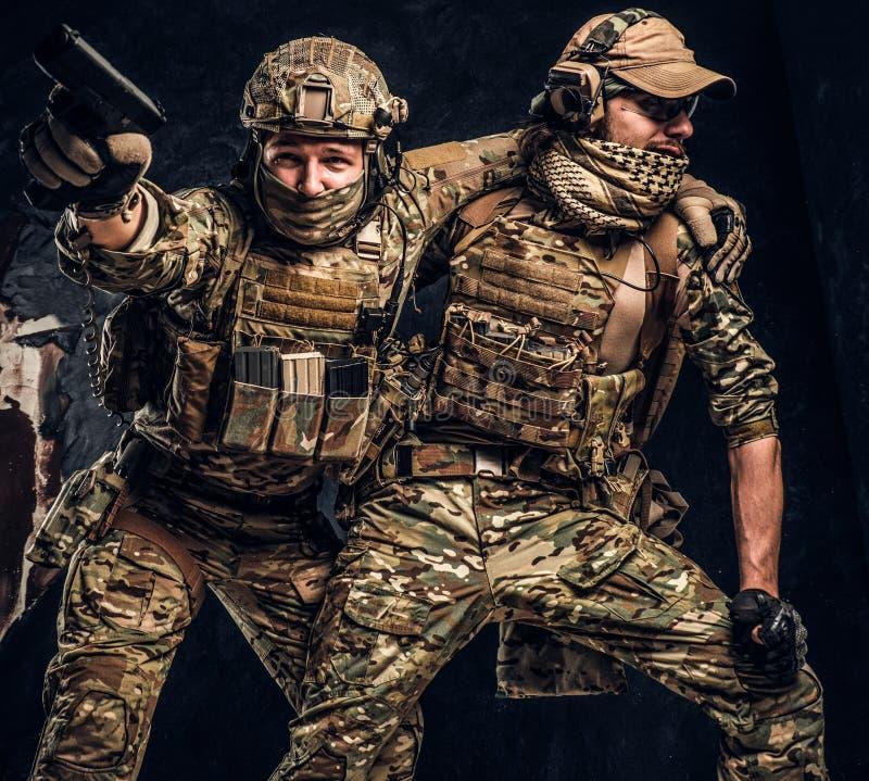 Σύγκρουση αγώνα, ειδική αποστολή Ο στρατιωτικός φέρνοντας συμπαίκτης στρατιωτών από το πεδίο μάχη Φωτογραφία στούντιο ενάντια στο στοκ φωτογραφίες με δικαίωμα ελεύθερης χρήσης