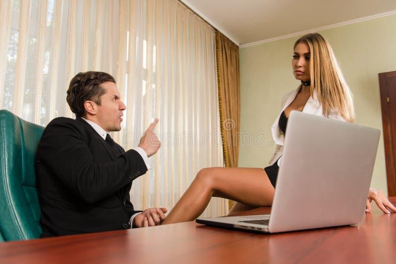 Σύγκρουση μεταξύ του προϊσταμένου και του υπαλλήλου στοκ εικόνα