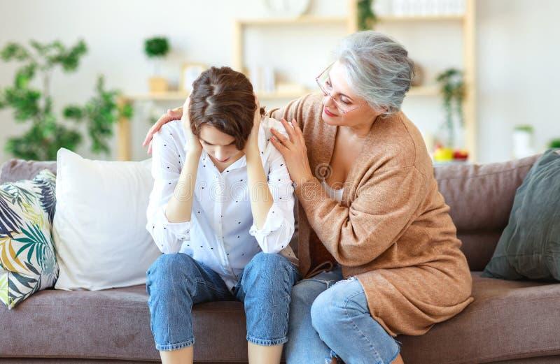 Σύγκρουση της οικογένειας δύο παλαιά μητέρα γενεών και ενήλικη κόρη στοκ φωτογραφία με δικαίωμα ελεύθερης χρήσης