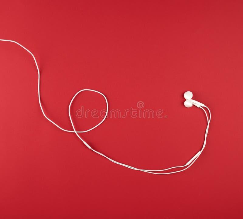 σύγχρονα ακουστικά με το άσπρο καλώδιο στοκ εικόνες
