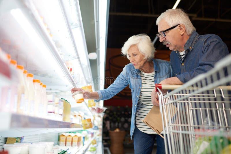 Σύγχρονα ανώτερα τρόφιμα αγοράς ζεύγους στοκ φωτογραφία με δικαίωμα ελεύθερης χρήσης
