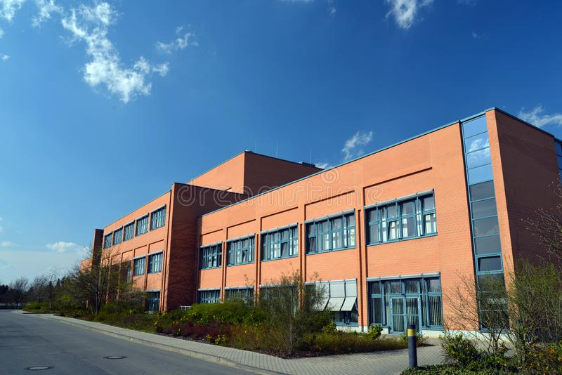 Σύγχρονα γραφείο και εργοστάσιο - μεγάλο κατάστημα τυπωμένων υλών έξω στοκ φωτογραφία με δικαίωμα ελεύθερης χρήσης