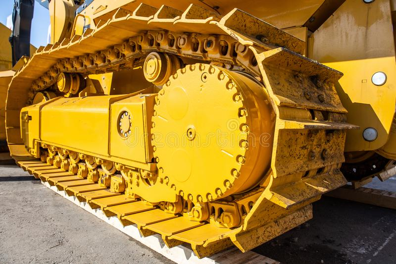 Σύγχρονα διαδρομές εκσακαφέων και εργαλείο κίνησης, μεγάλη κίτρινη μηχανή κατασκευής, βαριά βιομηχανία στοκ φωτογραφία