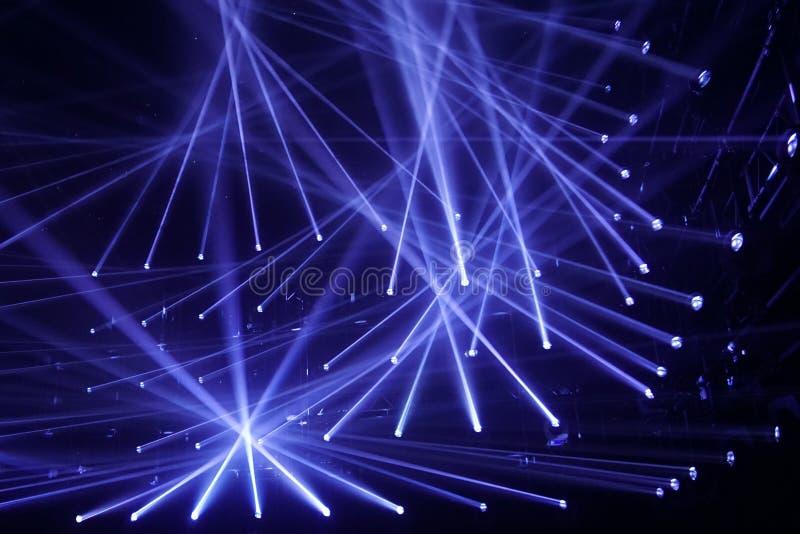 Σύγχρονα επίκεντρα, συνδέοντας μπλε ακτίνες του φωτός, λέσχη νύχτας στοκ φωτογραφίες με δικαίωμα ελεύθερης χρήσης