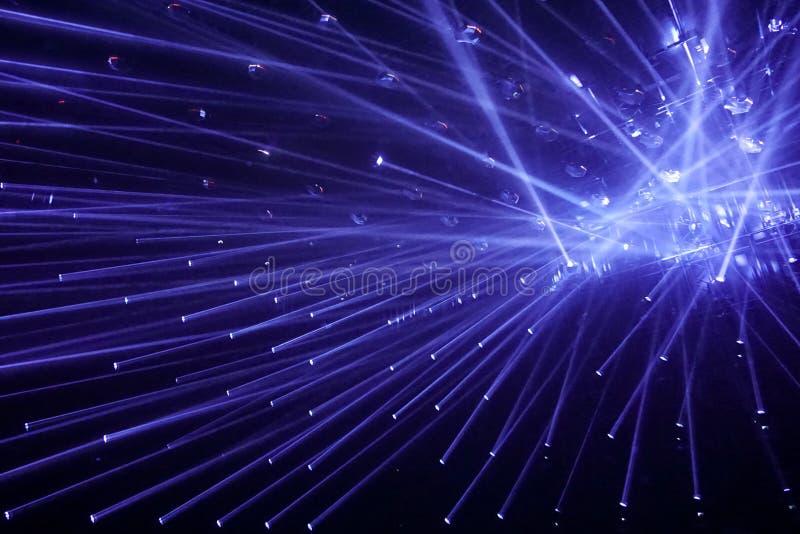 Σύγχρονα επίκεντρα, συνδέοντας μπλε ακτίνες του φωτός στοκ φωτογραφία