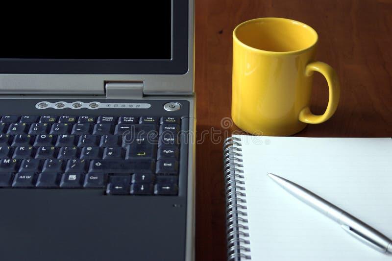 Download σύγχρονα εργαλεία στοκ εικόνες. εικόνα από φλυτζάνι, γυαλιά - 380040