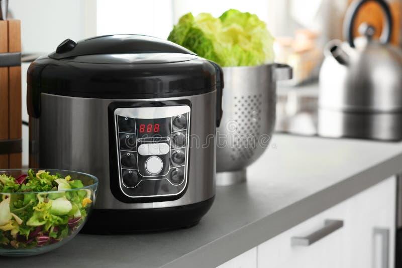Σύγχρονα ηλεκτρικά πολυ κουζίνα και τρόφιμα countertop κουζινών στοκ φωτογραφία