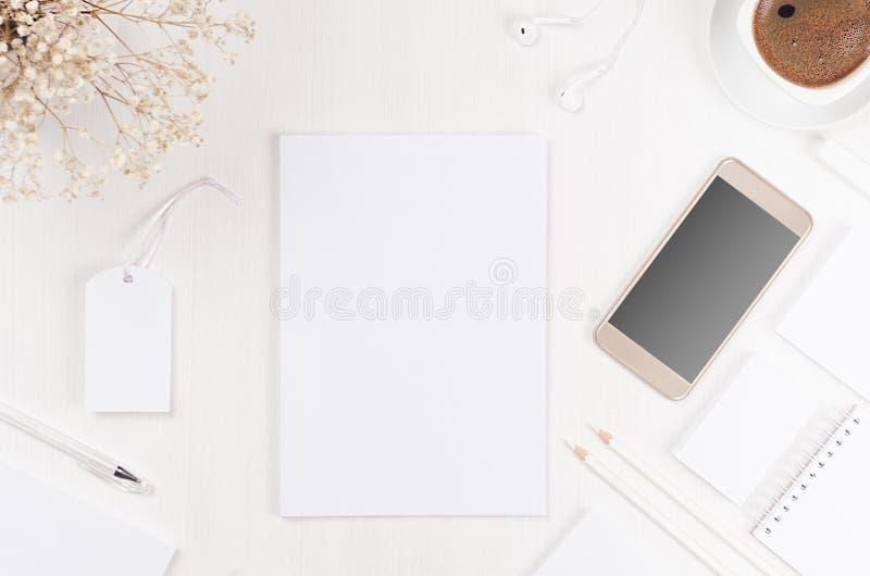 Σύγχρονα κενά άσπρα επιχειρησιακά χαρτικά άνοιξη που τίθενται με την επικεφαλίδα, κάρτα, ετικέτα, έγγραφο, τηλέφωνο, καφές, λουλο στοκ εικόνα
